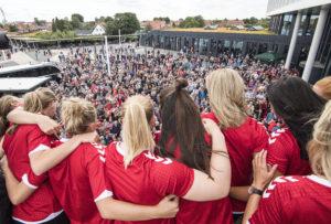 Festlig fodboldaften da Kvindelandsholdet slog Ungarn 5-1