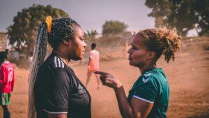 Håndboldtræner Annie Friday og HAND ambassadør Josephine Touray