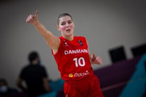 Maria Jespersen basketball danmark thumbs up